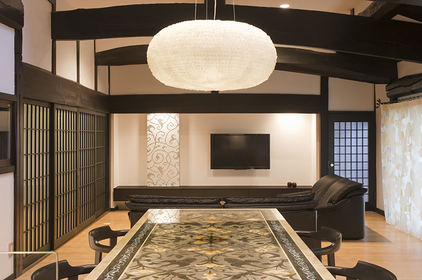 三百年の歴史を持つ<br />伝統の日本家屋を繋ぐ
